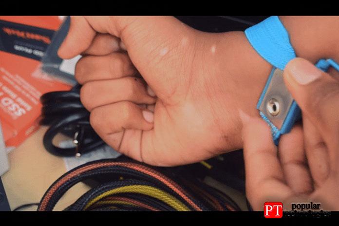 Носите антистатический браслет так, чтобы металл касался кожи