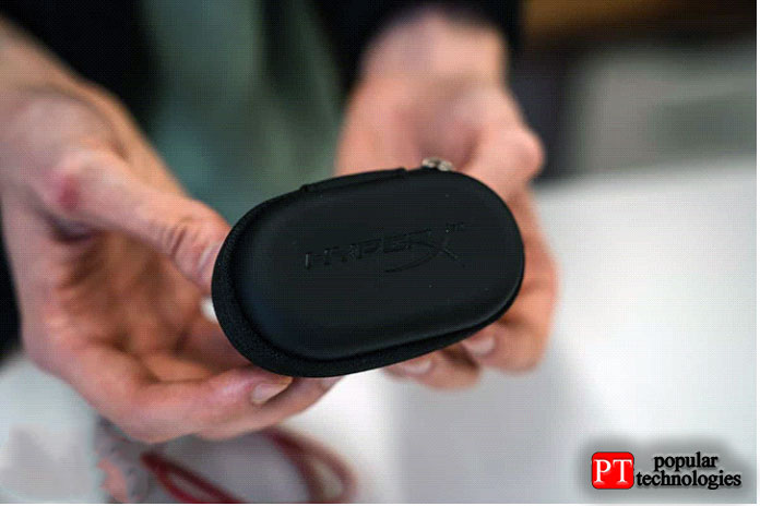 Микрофон заключен в«блок управления» ипредставляет собой небольшое отверстие назадней панели