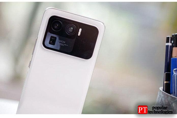 Растянувшись поширине телефона ипокрывая примерно четверть всей задней части корпуса