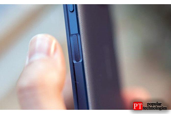 Назадней панели телефона виден выступающий модуль камеры