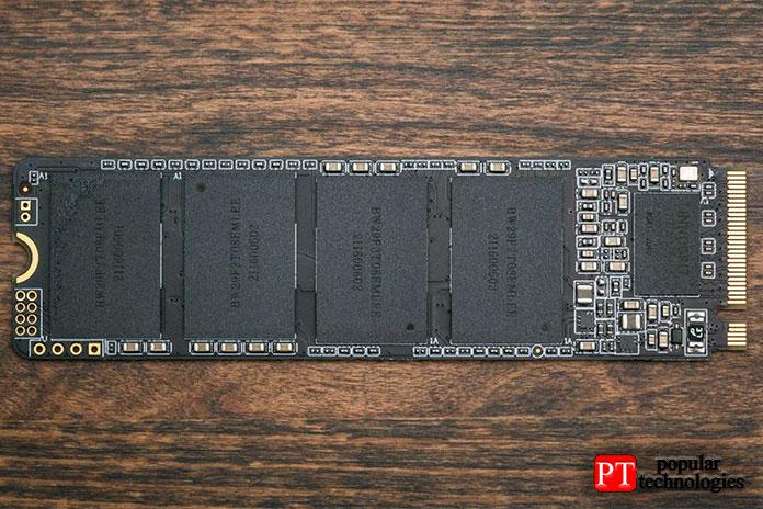 Контроллер взаимодействует сшестнадцатью матрицами флэш-памяти Micron